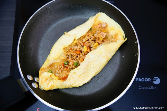 Wrapping fried rice with omelette
