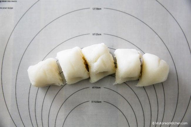 Rice cake dough divided into 5 pieces
